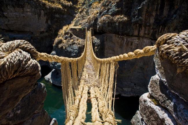 Những cây cầu cheo leo khiến du khách thót tim, vừa đi vừa run nhưng vẫn muốn thử một lần trong lần ảnh 0