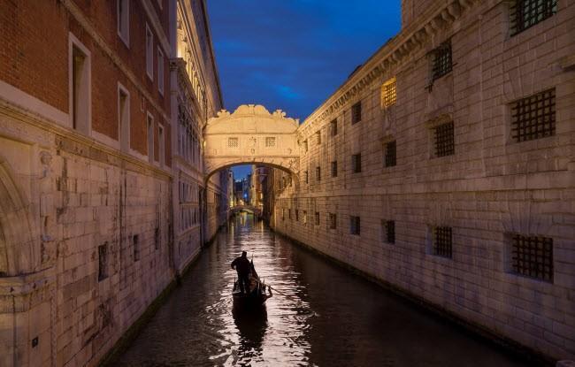Du khách có thể ngồi trên thuyền tận hưởng vẻ lãng mạn dưới chân cầu Than Thở ở thành phố Venice, Italy. Cây cầu bằng đá này được thiết kế bởi kiến trúc sư Antonio Contino và xây dựng vào năm 1600.