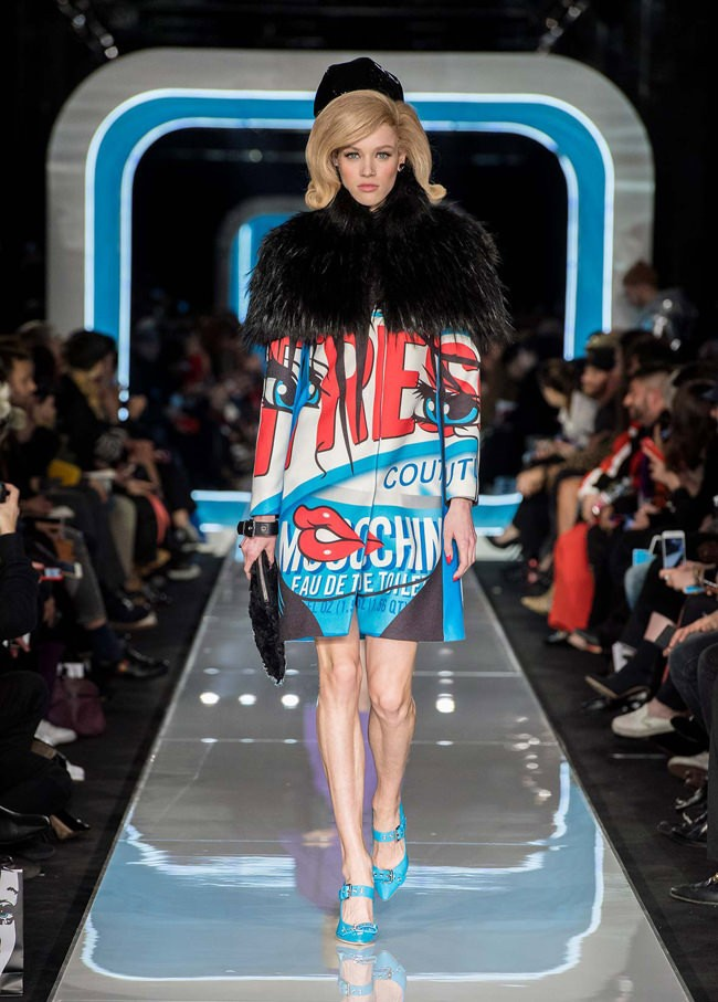 Bên cạnh đó, Moschino vẫn không quên phô diễn những trang phục in ấn họa tiết pop art đặc trưng, chi tiết làm nên hình ảnh thương hiệu suốt nhiều năm qua.