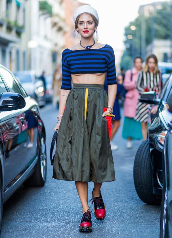 Tại Milan Fashion Week 2017, nữ tín đồ thời trang trông thật nhẹ nhàng và tươi tắn khi phối áo khoe chân ngực cùng chân váy xòe được mix theo phong cách hải quân.