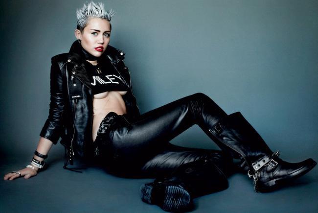 """Còn nếu vẫn muốn chọn thiết kế có tay ngắn, hãy phối theo dạng layer, mix với áo da, jacket… tùy sở thích theo phong cách """"nửa kín nửa hở"""" giống như cô nàng Miley."""