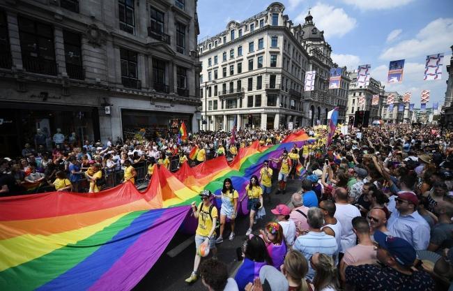 Câu chuyện hy hữu: Người đồng tính biểu tình chống người chuyển giới ảnh 9