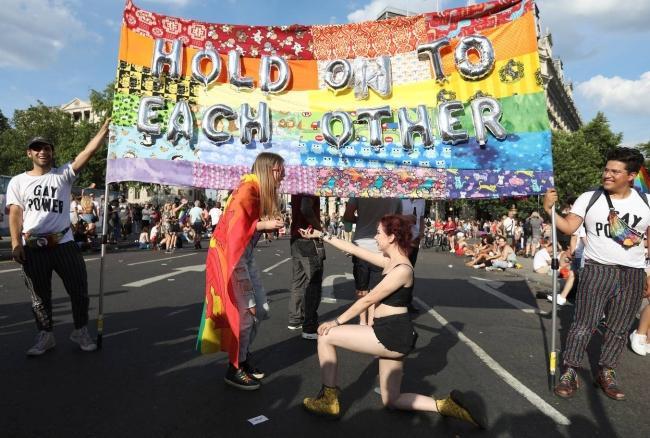 Câu chuyện hy hữu: Người đồng tính biểu tình chống người chuyển giới ảnh 18
