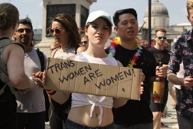 Câu chuyện hy hữu: Người đồng tính biểu tình chống người chuyển giới ảnh 6
