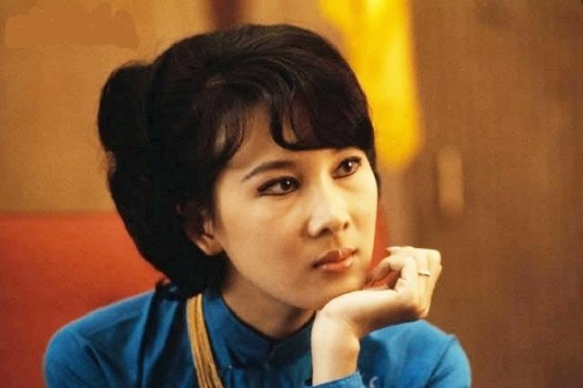"""Ít ai biết rằng, mẹ của MC Nguyễn Cao Kỳ Duyên – bà Đặng Tuyết Mai từng là một trong 4 nữ tiếp viên hàng không đầu tiên của Việt Nam có nhan sắc """"nghiêng nước nghiêng thành"""" khiến nhiều người ngưỡng mộ."""
