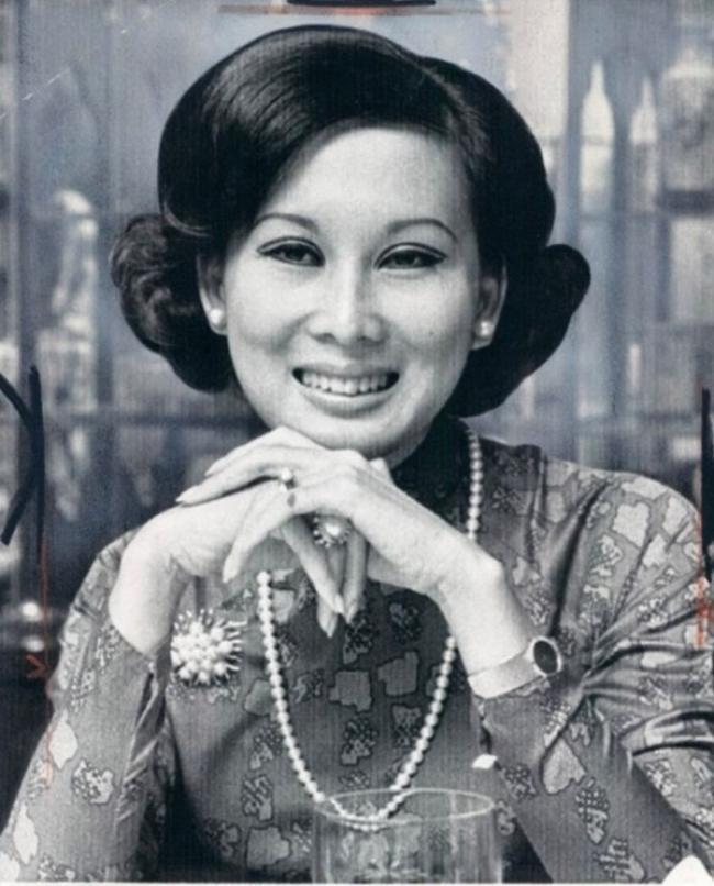 Bà là một trong những nữ tiếp viên hàng không của hãng máy bay Air Vietnam đầu tiên của Việt Nam.