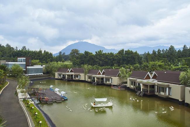 Resort này có hồ nước rộng đủ để thăm thú bằng thuyền.