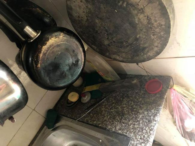 """Chiếc bàn bếp cáu bẩn, thớt mốc trắng """"tố cáo"""" việc gian bếp không được chăm chút. (Ảnh: Facebook)"""