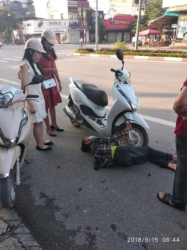 Người phụ nữ lớn tuổi ôm chặt bánh xe máy. Ảnh: Otofun Thái Nguyên.