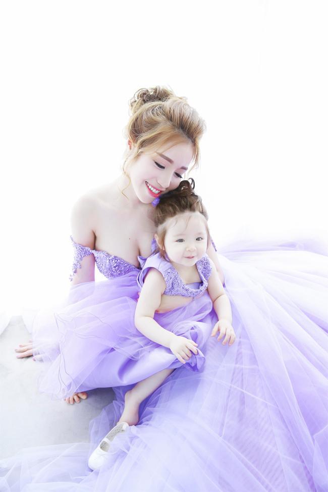 Con gái 4 tuổi của Elly Trần khiến nhiều người thích thú bởi màn bắn tiếng Anh cực lưu loát và siêu dễ thương ảnh 5