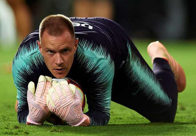 Thủ thành Ter Stegen đi đôi giày Adidas Predator 18 và găng tay màu hồng ở trận siêu kinh điển Barcelona - Real Madrid.
