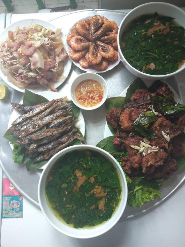 Bữa cơm đầy đủ từ rau, thịt và hải sản giá 300k