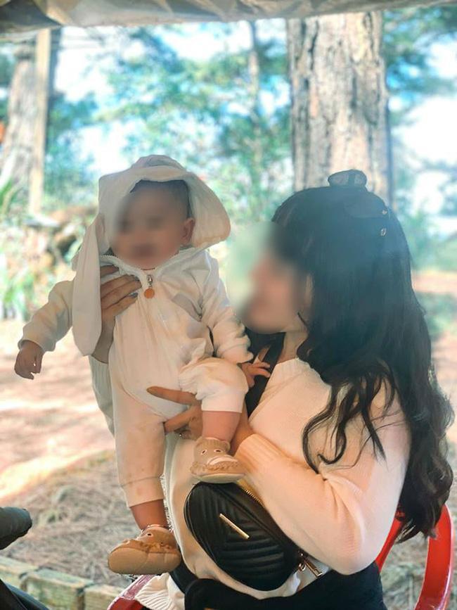 Nhóm đi chơi có 1 em nhỏ 6 tháng tuổi