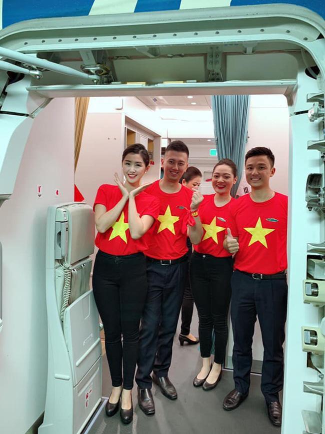 Phi hành đoàn mặc áo cờ đỏ sao vàng để đón tiếp đội tuyển Việt Nam.