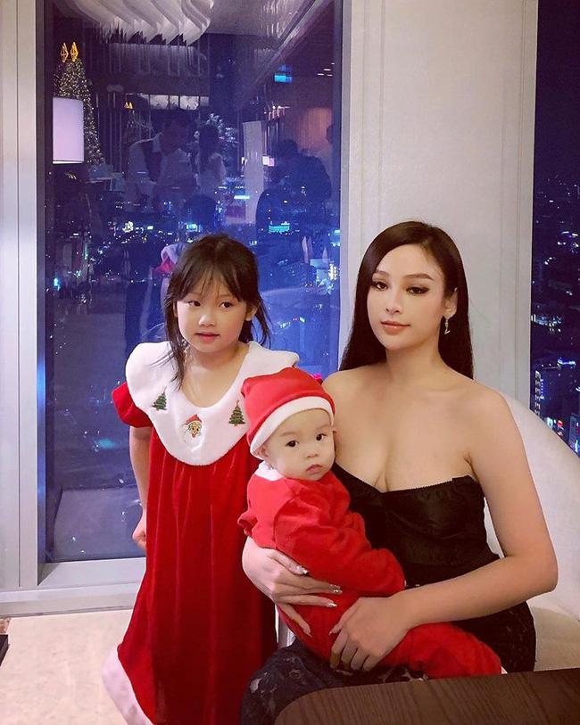 Hot mom không tuổi Huyền Baby khoe nhan sắc quyến rũ khi cùng các con đón lễ Giáng sinh.