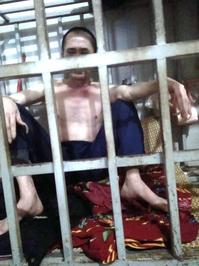 """Hình ảnh ông Lê Văn Năm lúc đang bị nhốt trong """"chuồng cọp"""" do gia đình chụp lại."""