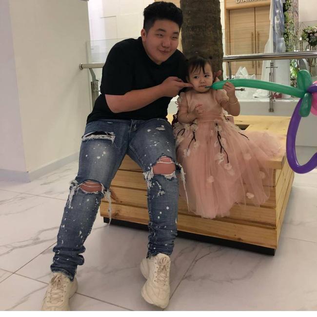 Em trai Thu Hương chụp hình cùng con gái của chị gái cả. Ảnh: FB