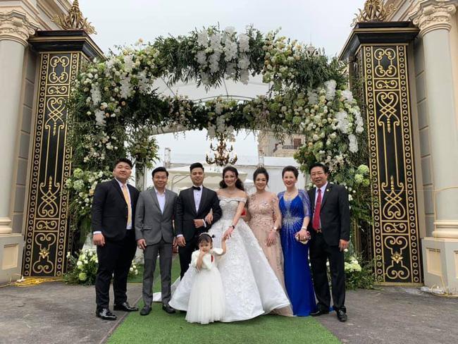 """Đại gia đình nhà cô dâu """"vàng đeo trĩu cổ"""". Ảnh: FB"""