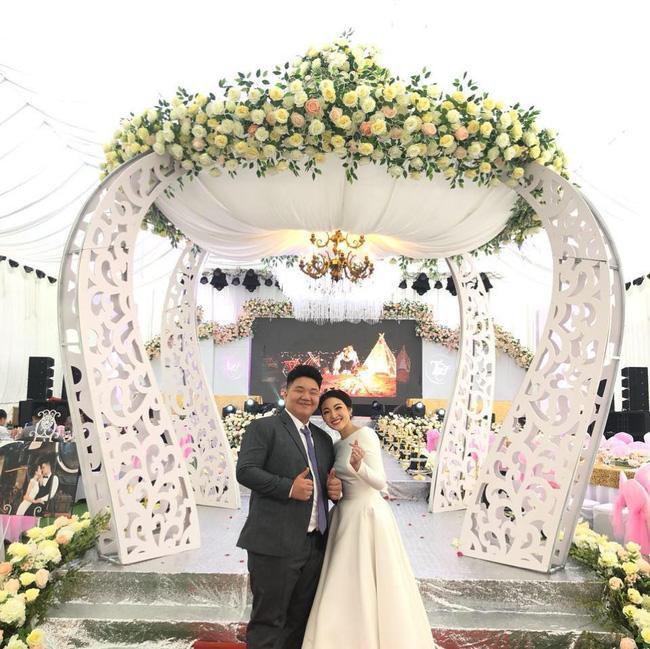 Trần Đạt bên chị gái Thu Hương trong ngày cưới. Ảnh: FB