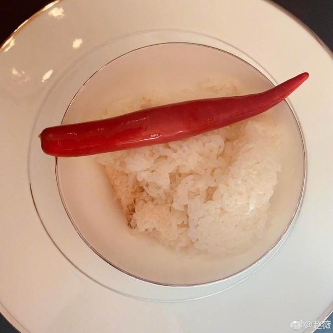 Triệu Vy dùng bữa ăn lát đác vài món như thế này có thể thấy cô đang giảm cân kịch liệt.