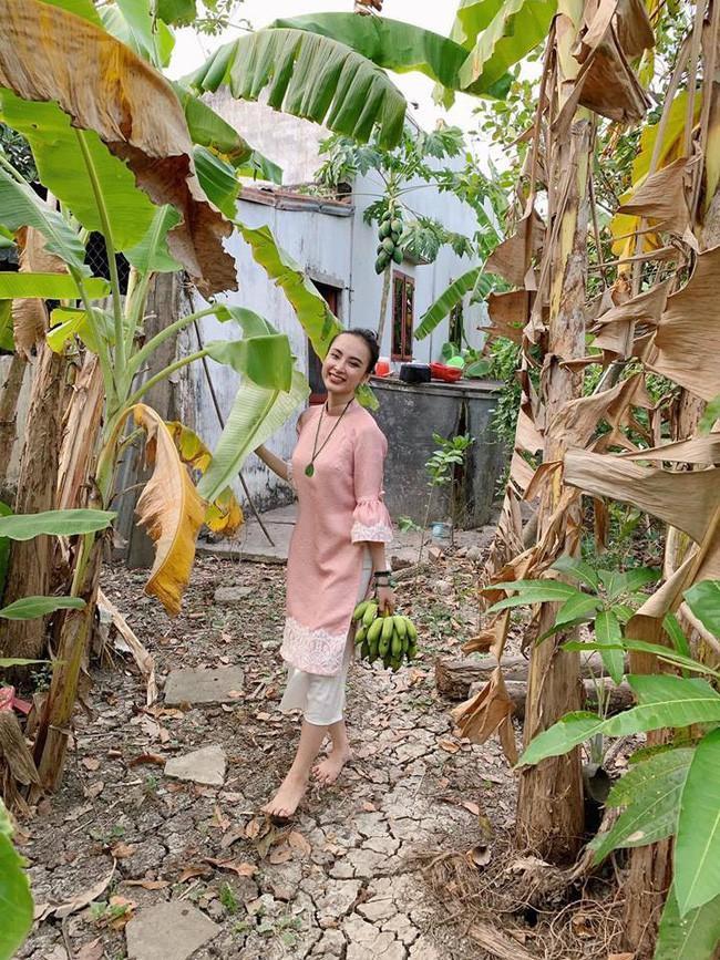 Diện áo dài tay dùn bèo, Angela Phương Trinh không ngại khi ra sau vườn… hái chuối.