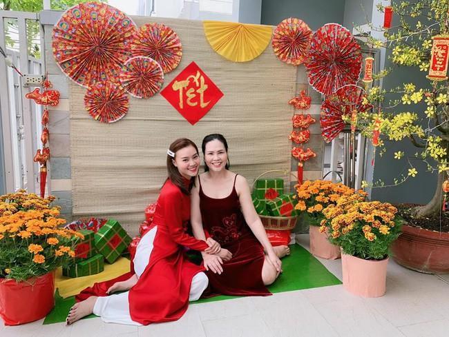 Ninh Dương Lan Ngọc đem đến không khí ngày Xuân cùng mẫu áo dài đỏ rực.