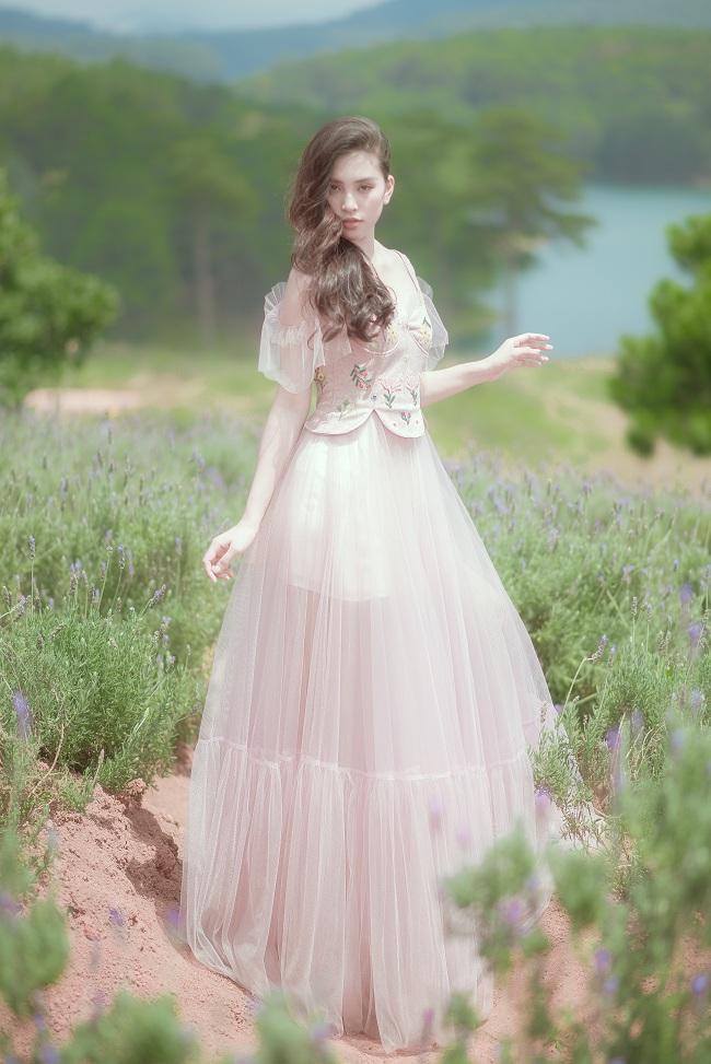 """Xinh đẹp tựa như nàng """"tiên nữ"""" trong thiết kế váy voan gam hồng pastel bồng bềnh"""