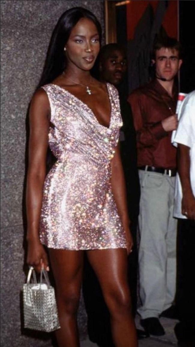 Naomi nóng bỏng trong chiếc váy ánh kim lấp lánh hở ngực lấp ló