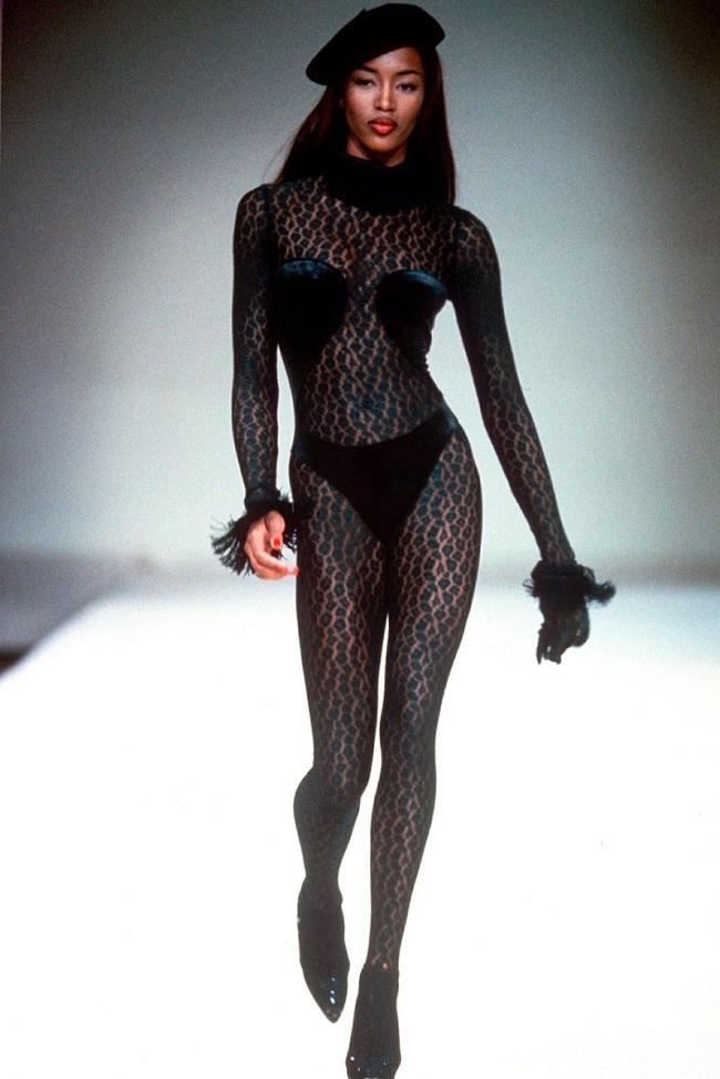 Vào năm 1991, siêu mẫu da màu Naomi đã khoác trên mình thiết kế bodysuit xuyên thấu da báo của hãng Azzedine Alaïa sải bước trên sàn catwalk cùng phụ kiện mũ beret vô cùng quyến rũ