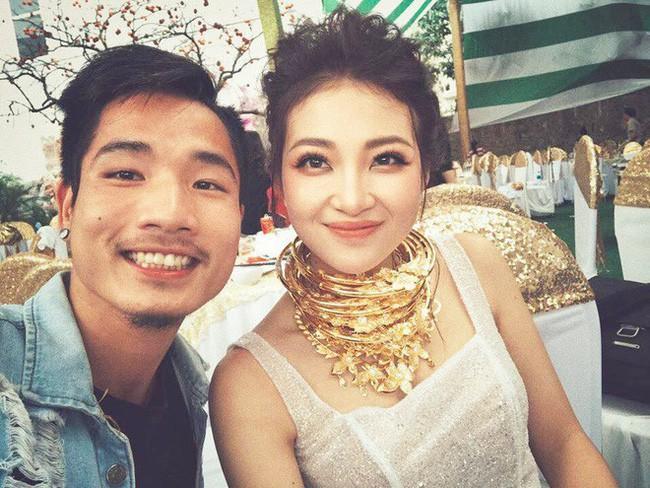 Hình ảnh cô dâu đeo vàng nặng cổ được lan truyền rộng rãi trên mạng xã hội.