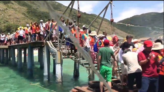 """Hàng ngàn người dân và du khách ùn ùn đổ về khu du lịch biển Kỳ Co khiến khu du lịch này bị """"quá tải""""."""