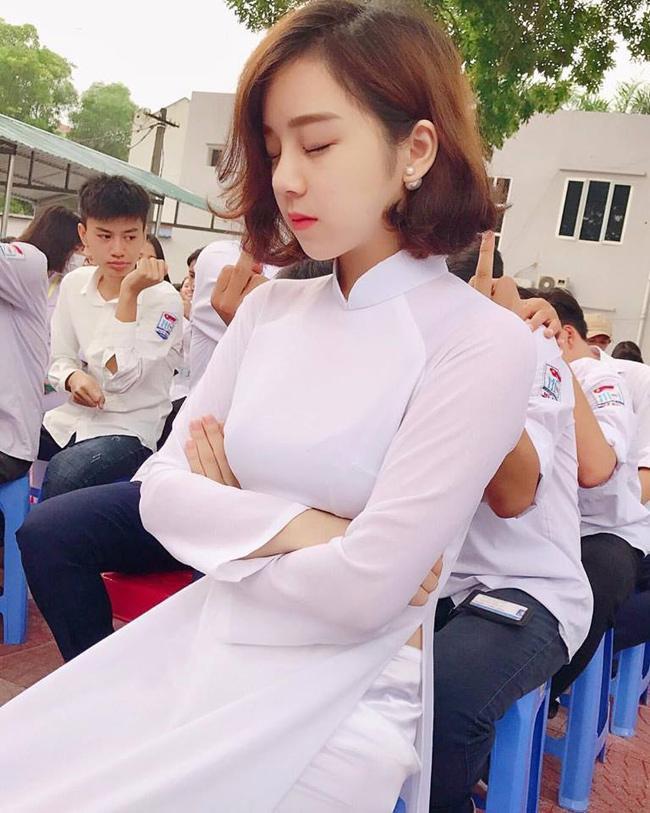 Bức ảnh Thủy Tiên trong tà áo trắng ngủ gật ở sân trường.