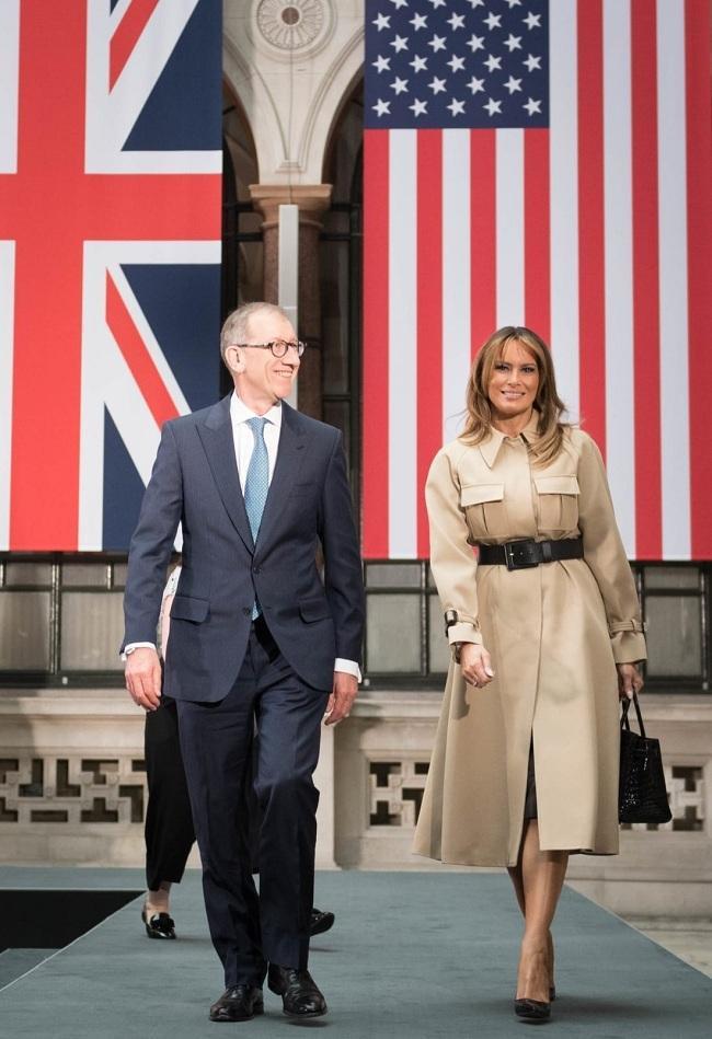 Tinh tế và lịch thiệp khi Đệ nhất phu nhân nước Mỹ chọn áo khoác màu be của nhà mốt Pháp Celine khi đi cùng chồng của Thủ tướng Anh Theresa May