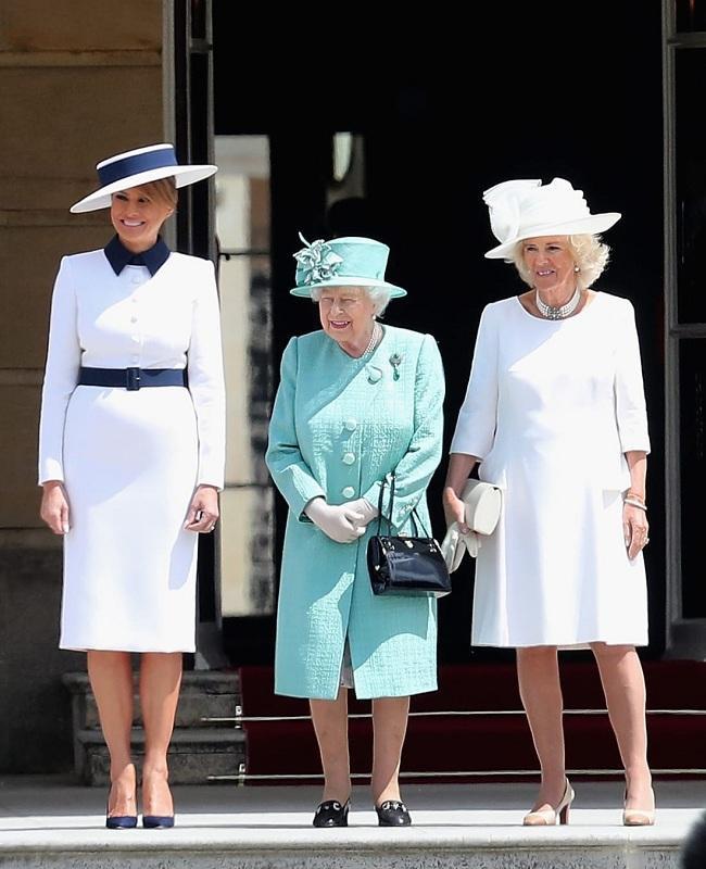 Khi đến tham quan Cung điện Buckingham để ra mắt với Nữ hoàng Anh Elizabeth. Bà Trump diện thiết kế váy trắng thanh lịch, nền nã của nhà mốt Ý Dolce & Gabbana với điểm nhấn là thắt lưng và cổ áo màu xanh navy.