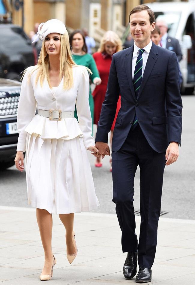 Trong chuyến thăm cung điện Buckingham và tu viện Westminster, Ivanka để lại ấn tượng mạnh với bộ trang phục với set đồ trắng trị giá hơn 4.500 đô la Mỹ của nhà thiết kế Alessandra Rich. Điểm nhấn là phụ kiện mũ cài đầu của Philip Treacy