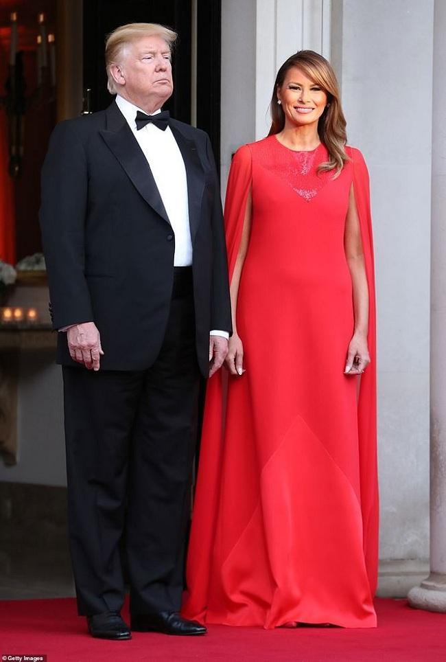 Tham dự tiệc tối tại dinh cơ Winfield House - nơi ở của Đại sứ Mỹ tại London (Anh). Melania Trump khiến mọi người phải trầm trồ khi bà khoác trên mình bộ váy đỏ cánh trị giá 5.610 bảng Anh (hơn 7.000 USD), được thiết kế bởi Clare Waight Keller - nhà mốt đến từ Givenchy.