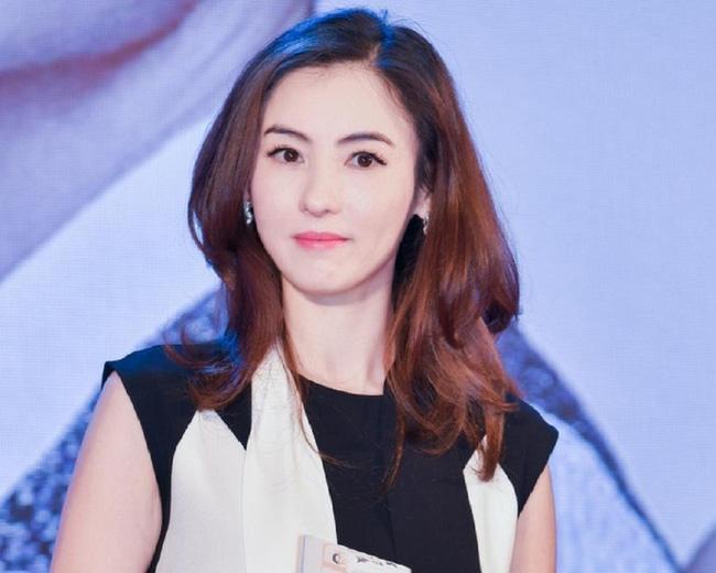 Trương Bá Chi xuất hiện bên cạnh người đàn ông lạ mặt tại Singapore, nghi ngờ là cha của đứa con thứ ba ảnh 1