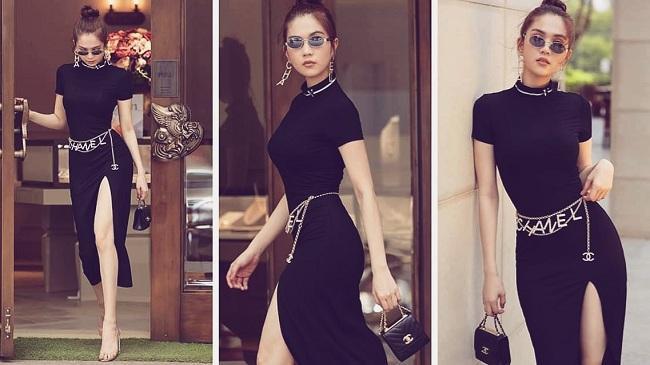 """Người đẹp nội y trong chiếc váy đen xẻ chân nhấn nhá thêm belt Chanel """"ton sur ton"""" với đôi bông tai."""