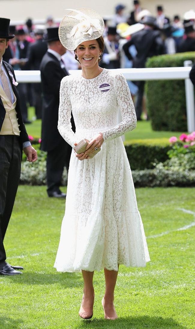 Xuất hiện tại Lễ hội đua ngựa đầu tiên vào năm 2016 trong chiếc váy ren thanh lịch của nhà mốt Dolce & Gabbana