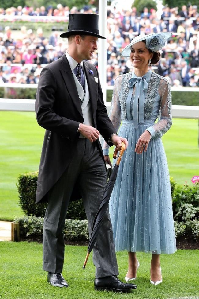 Kate thât sự thu hút, nổi bật tại sự kiện cùng chồng trong chiếc váy pastel màu xanh biển này.