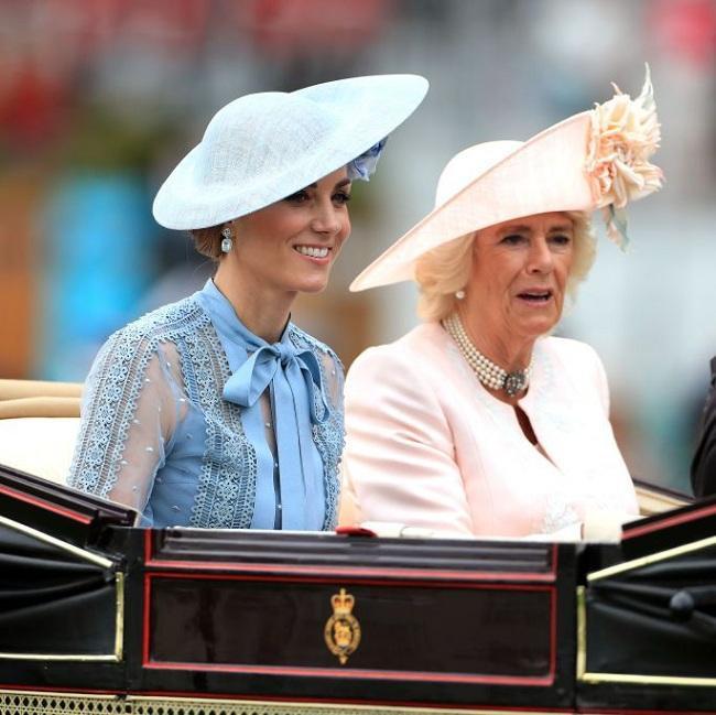Công nương Kate Middleton rạng ngời bên cạnh nữ công tước Camilla khi vừa đến địa điểm của Lễ hội đua ngựa Royal Ascot