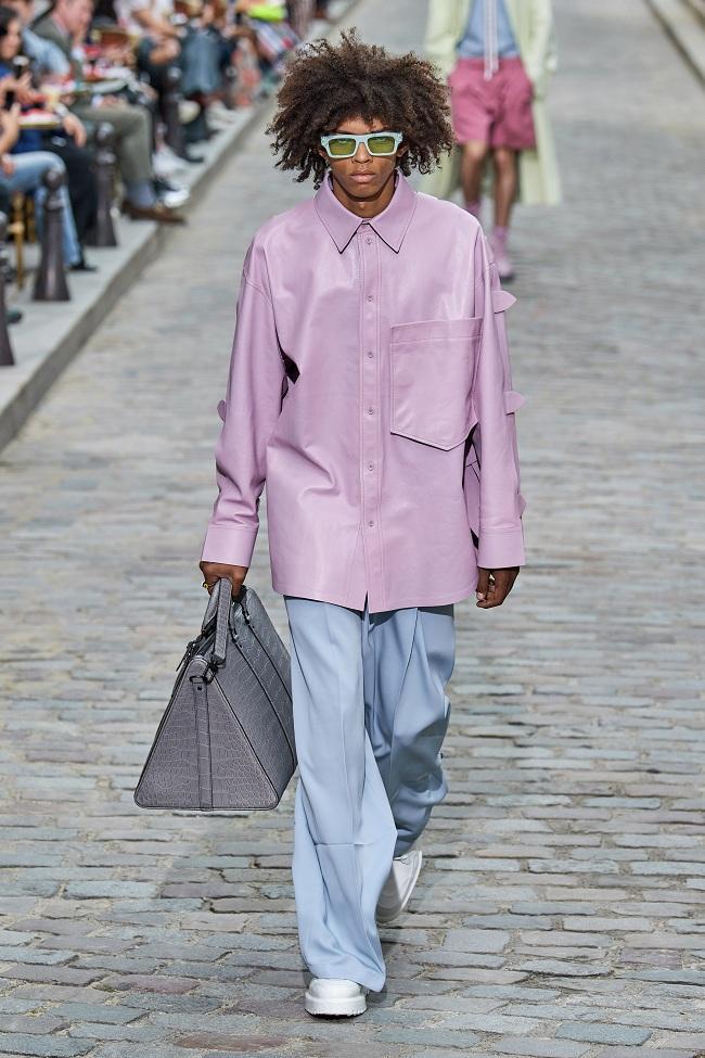 Các thiết kế áo sơ mi, blouse, quần thụng xếp ly dành cho phái nam cùng với những thiết kế túi oversized