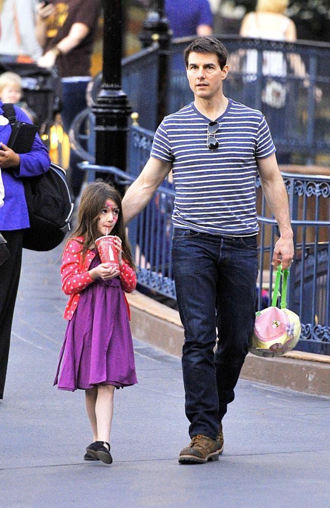 Sau khi ly hôn Tom chỉ đến thăm con gái Suri của mình vài lần vào năm 2012 và tới nay thì vẫn không hề thấy tin tức hay bất cứ hình ảnh khoảnh khắc nào anh ở bên con gái mình