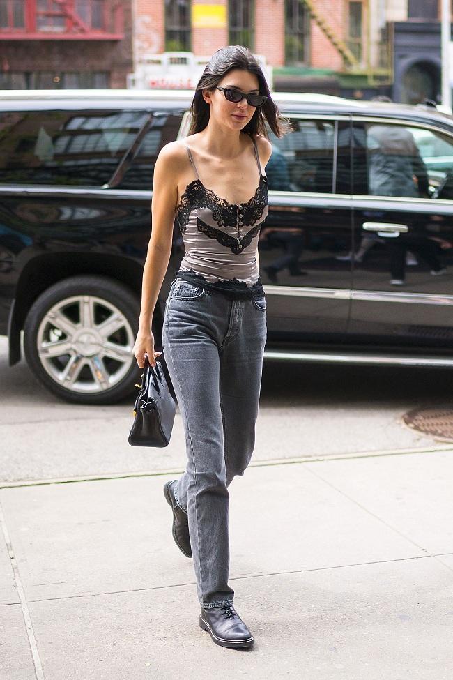 Hay đơn giản chỉ kiểu áo hai dây mix cùng quần jeans xám với giày oxford cũng khiến bao người phải dừng lại để ngoái nhìn