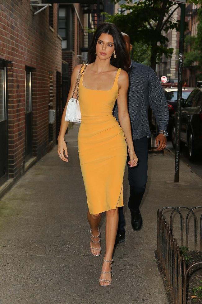 Kiểu váy bodycon chất liệu cotton màu vàng nghệ rực rỡ được chân dài 9x phối cùng sandals cao gót quai mảnh sải bước thu hút trên phố. Style thời trang này của Kendall được dân tình đánh giá cao và dành tặng vô vàn lời khen ngợi