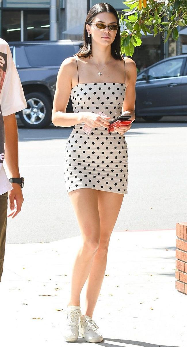 Trẻ trung dưới trời nắng hè với chiếc váy body ôm sát cùng họa tiết polka dot mang hơi hướng thập niên 90