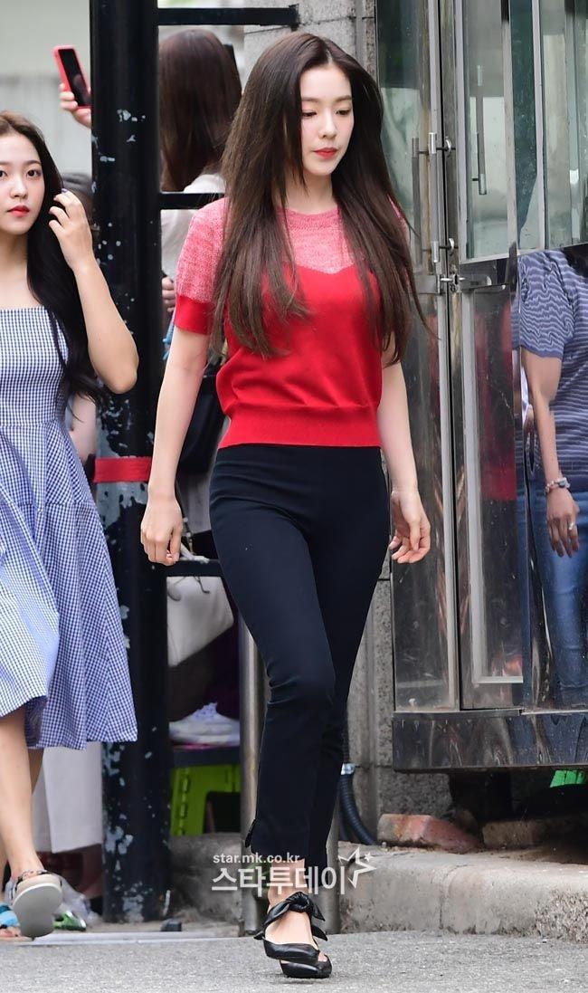 Đầu tiên là Irene, cô chỉ diện một chiếc áo thun đỏ đơn giản với chiếc quần đen dài cùng đôi dày thắt nơ đầy nữ tính.