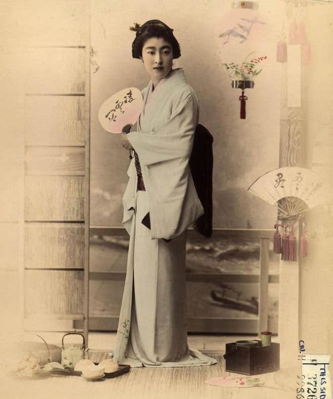 Kimono là y phục truyền thống của người phụ nữ Nhật mang đậm văn hóa và lịch sử. Bộ trang phục cực kì kín đáo thế mà ngôi sao truyền hình Kim Kardashian lại dùng cái tên đi đặt tên cho BST nội y của cô