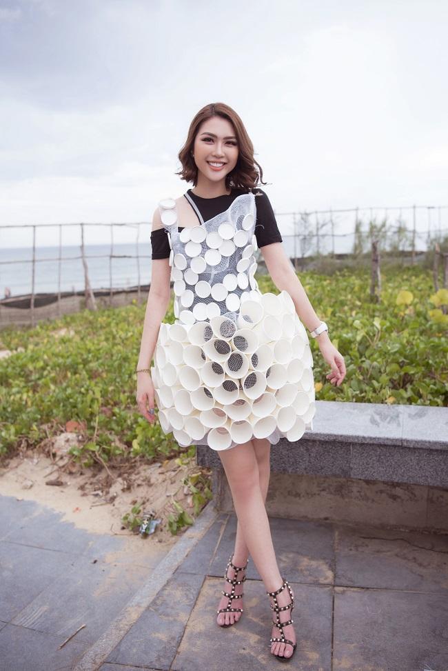 Tại sự kiện, Hoa hậu Tường Linh khoác lên mình bộ váy tái chế từ những vỏ cốc giấy để hưởng ứng phong trào bảo vệ môi trường.