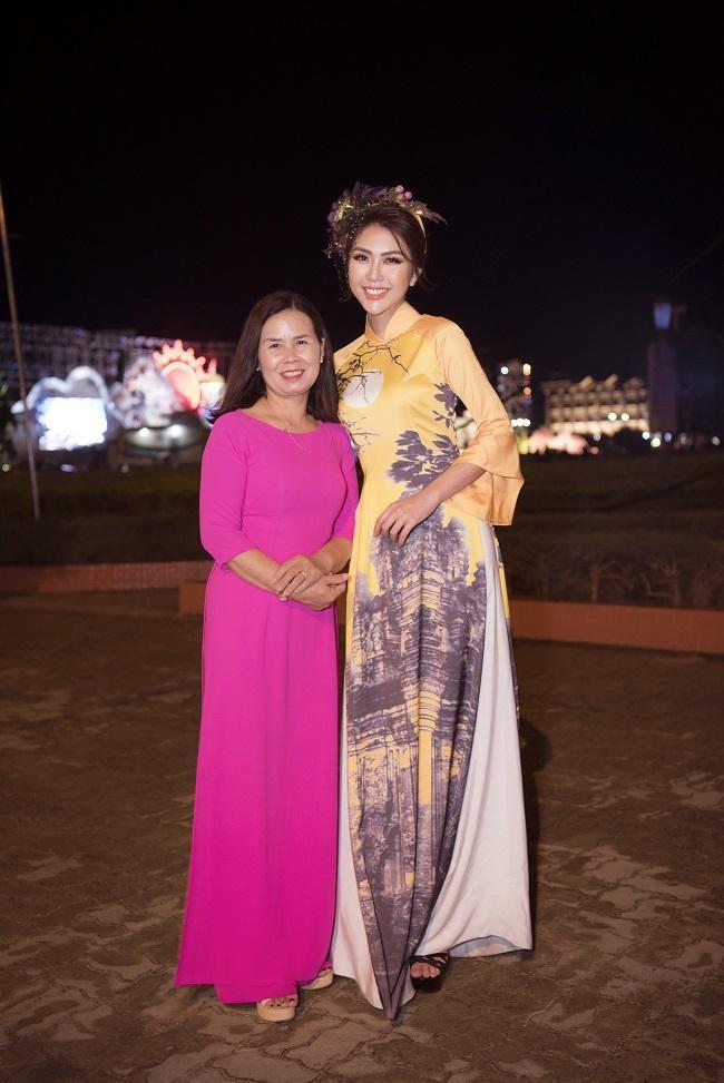 Sau khi hoạt động kêu gọi bảo vệ môi trường thì tối cùng ngày Hoa hậu Tường Linh diện bộ áo dài màu vàng khá đặc biệt, với hoạ tiết tháp Nhạn là danh thắng nổi tiếng, niềm tự hào của Phú Yên.